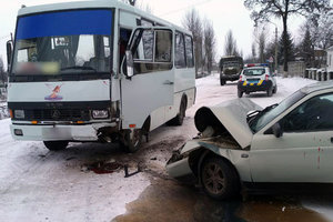 Серьезное ДТП на Донбассе: легковушка влетела в автобус