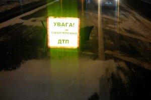 В Киеве водитель врезался в опору моста, пассажира зажало насмерть