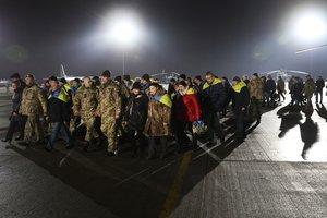 Выжить и вернуться: как встречают освобожденных из плена в Украине