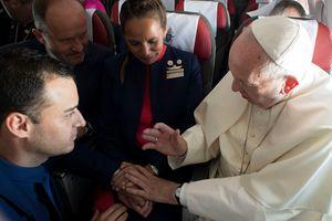 Папа Римский во время полета обвенчал двух бортпроводников