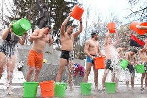 The feast of the Epiphany: in the centre of Lviv, the young people poured ice water