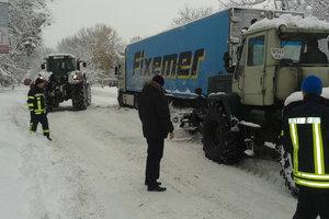 Снежные заторы под Киевом: спасатели вытаскивают грузовики