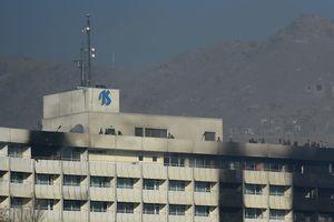 Из отеля в Кабуле люди спасались на простынях: появилось жуткое видео