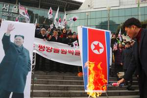 В Сеуле сожгли портрет лидера КНДР в знак протеста