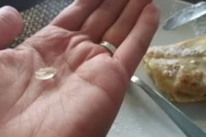 Обед с риском для жизни: киевлян кормят блинчиками со стеклом и борщом с пластиком
