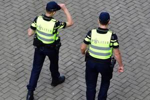 """В Нидерландах полиции разрешили """"раздевать"""" подростков со слишком дорогими вещами"""
