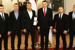 Бриедис перед боем с Усиком получил награду за заслуги перед Латвией