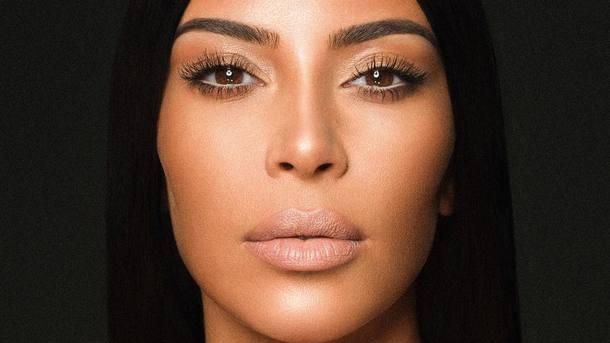 Ким Кардашьян обнародовала «голое» фото вшубе итрусах