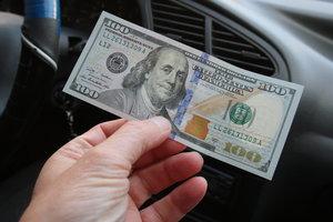 Курс доллара начал февраль с падения ниже психологической отметки