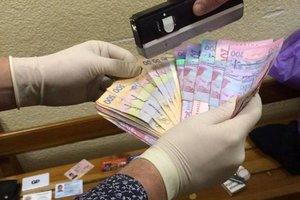 Во Львове поймали чиновника, который обогащался на биометрических паспортах