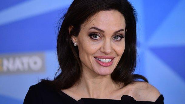 Анджелина Джоли пришла напремию Annie Awards-2018 совместно ссобственными дочерьми