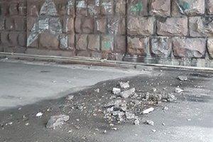 From the Vozduhoflotsky bridge in Kiev broke off pieces of concrete