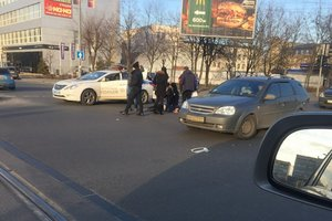 In Kiev, the Mini Cooper knocked down a pedestrian, the guy suffered a lot