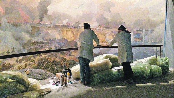 Реставраторы. Моют полотно мылом и обрабатывают уксусом. Фото: М. Журавель