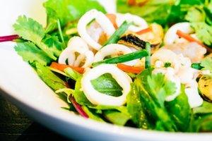Лучшие рецепты: салат из мидий и кальмаров