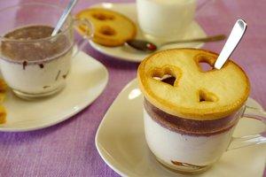 Идея на День святого Валентина: горячий шоколад с крышечками из печенья
