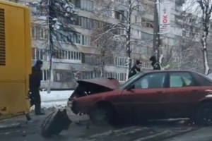 In Kiev, a foreign car crashed into a passenger bus