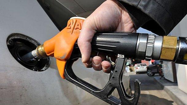 Гройсман пригрозил наказать виновных вросте цен набензин