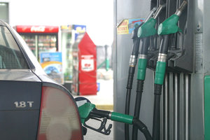 Украинские заправки за выходные снизили цены на бензин