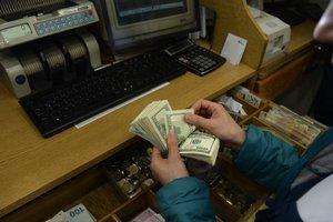 Обменники снизили курс доллара, курс на межбанке рухнул ниже психологической отметки