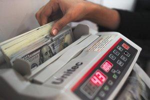 Курс доллара обвалился ниже психологической отметки