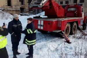 """""""Звал на помощь"""": под Киевом ребенок залез на крышу заброшенного дома и застрял"""