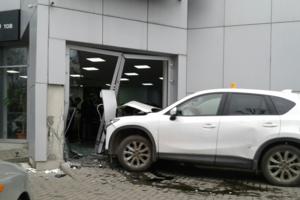 Иномарка протаранила автосалон в Одессе: появились фото