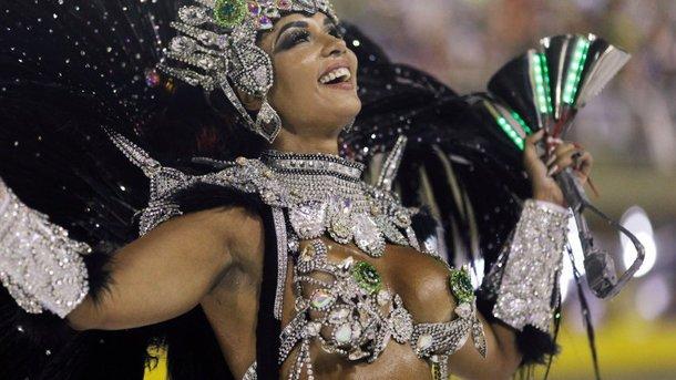 Роскошная бразильянка на карнавале не удержала на себе трусы: первые фото и видео