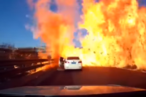 Китаец на скоростной трассе влетел в огненный шторм: появилось видео