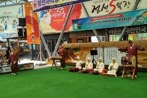 Корейцы развлекают гостей Олимпиады народными песнями