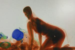 Женщина залезла в рентген на вокзале: опубликовано видео