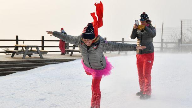 Американские фанатки играют с ветром. Фото AFP