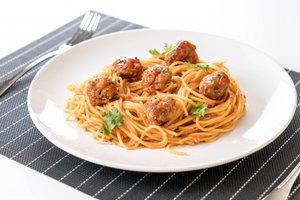 Рецепт дня: митболы с томатном соусе с базиликом