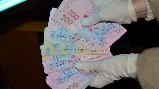 Чиновница требовала две тысячи гривен за паспорт. Фото: Пресс-служба СБУ