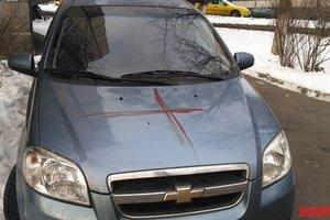В Киеве иностранец разрисовал кровавыми крестами подъезды и авто
