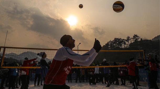 Волейбол на снегу под шнапс и сосиски: как на Олимпиаде дебютировал новый вид спорта