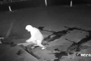 В Китае сняли на видео самого неудачливого грабителя в мире