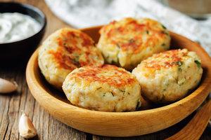 Рецепт дня: куриные котлеты с овощами и сыром
