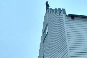 Под Киевом полиция уговорила мужчину не прыгать с крыши