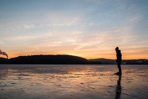 На заледеневшем озере записали пугающие звуки: появилось видео