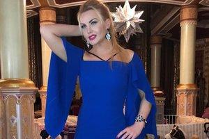 Конфуз в ресторане: певица Камалия выбрала чересчур короткое платье для ужина с мужем