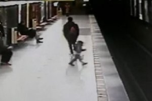 Italian heroically saved a baby that fell onto the subway tracks