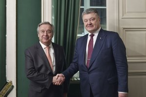 Poroshenko discussed with UN Secretary General introduction of peacekeepers in Donbass