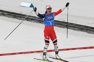 Marit Bjergen caught up with the legendary Bjoerndalen's medals