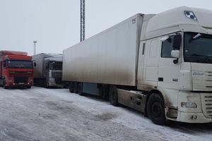 Сотни фур застряли в очереди на границе с Россией: появились фото