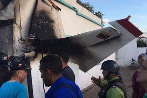 В Венесуэле самолет упал на дом, есть жертвы
