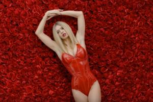 В цветах и боди: Вера Брежнева выпустила клип на новую песню