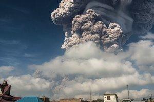 На Суматре проснулся вулкан, выбросив гигантский столб пепла