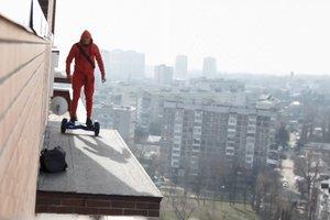 """""""Это чистой воды безумие"""": экстремал прокатился на гироскутере по крышам (видео)"""