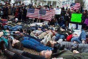 """Под Белым домом студенты устроили """"лежачий протест"""""""